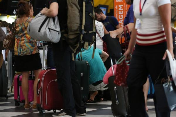 Passageiros esperam para despachar bagagens no aeroporto de Congonhas