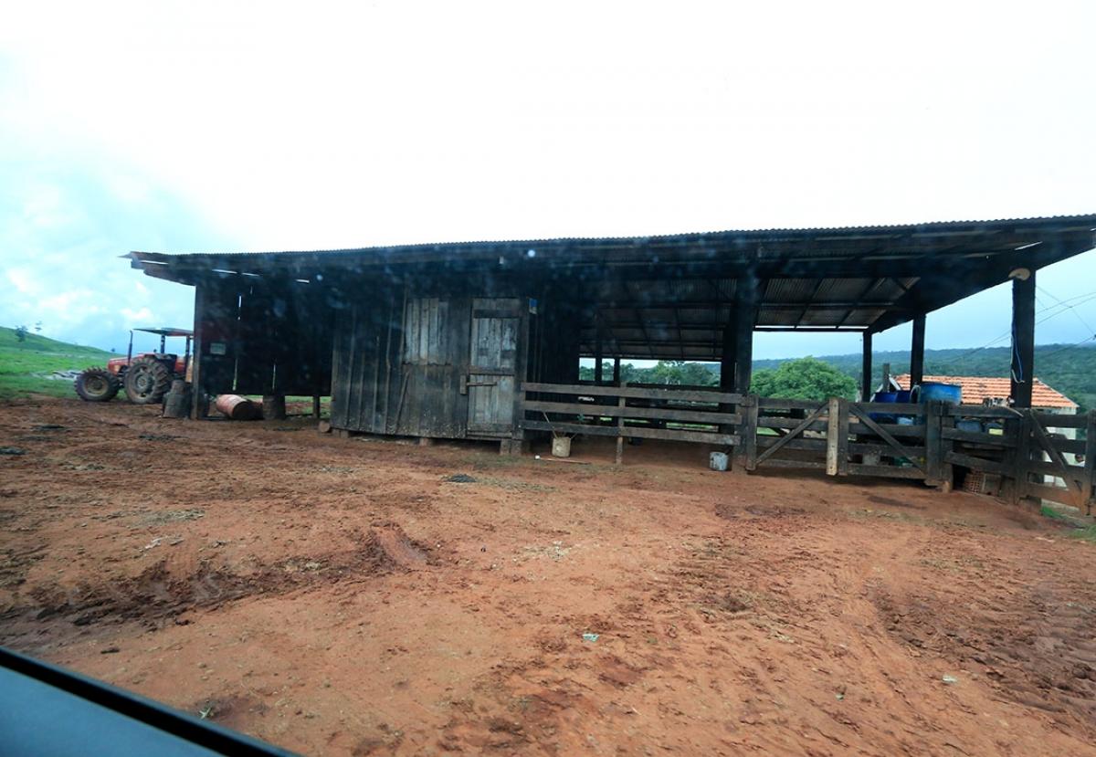 Galpão da fazenda Paredão I, onde funcionários trabalham dentro de área de conservação - Ednilson Aguiar/O Livre