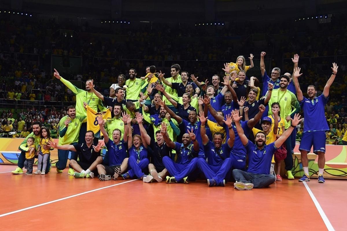 Seleção e equipe técnica na cerimônia de premiação das olimpíadas Rio-2016 - Reprodução/CBV