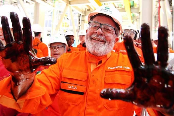 Lula com as mãos sujas de petróleo