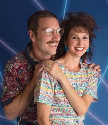 Casa comemora aniversário de casamento com ensaio anos 80