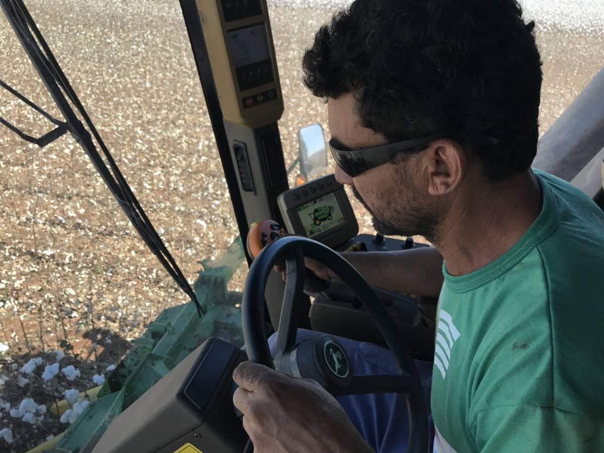 O operador de máquina Antônio Campos, trabalha há 15 anos na profissão e acompanhou a modernização do campo - Gabriele Schimanoski/O LIVRE