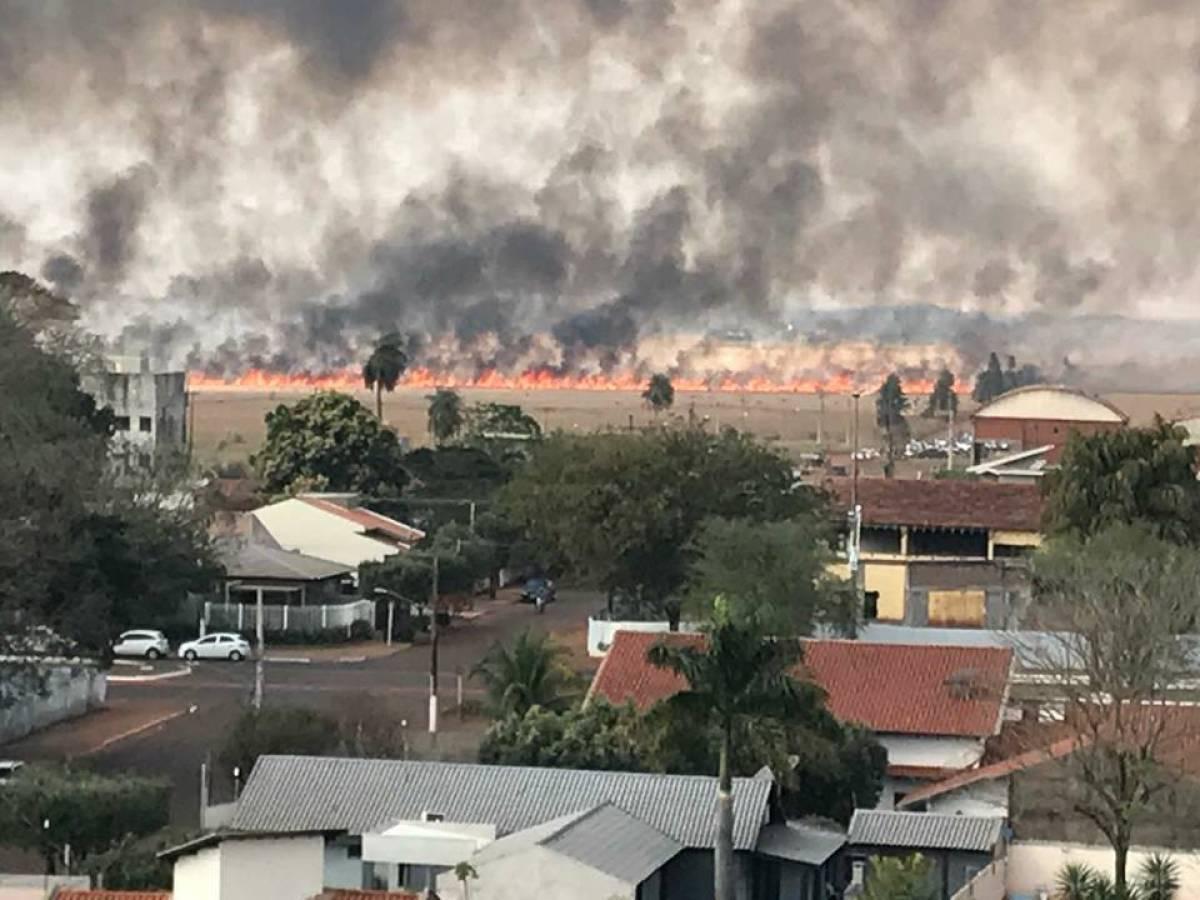 Devido a seca, nesta época do ano o fogo se espalha rapidamente  - Reprodução/Internet