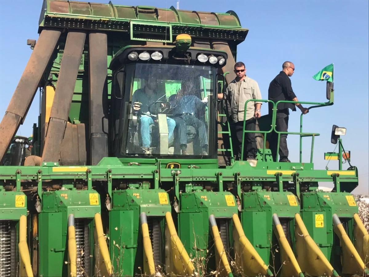 Temer sobe em uma colhedora de algodão e ajuda na colheita da pluma em Mato Grosso - Assessoria