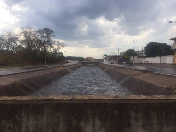 Córrego 8 de Abril enche com a chuva