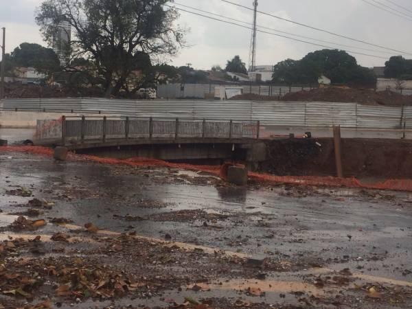 Córrego 8 de Abril, em Cuiabá, quase transborda com a chuva