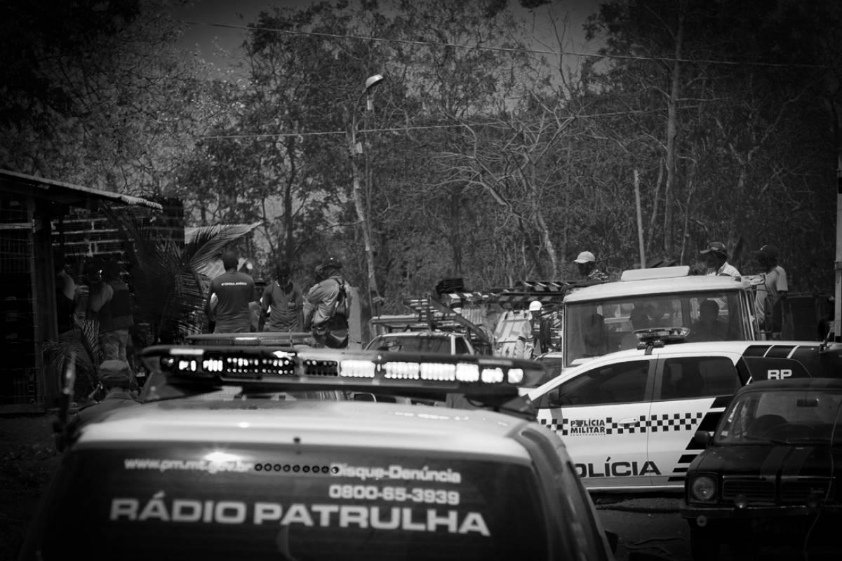 PM lança bombas e despeja 150 famílias de área no Parque Cuiabá (Ednilson Aguiar/O Livre) - Ednilson Aguiar/O Livre