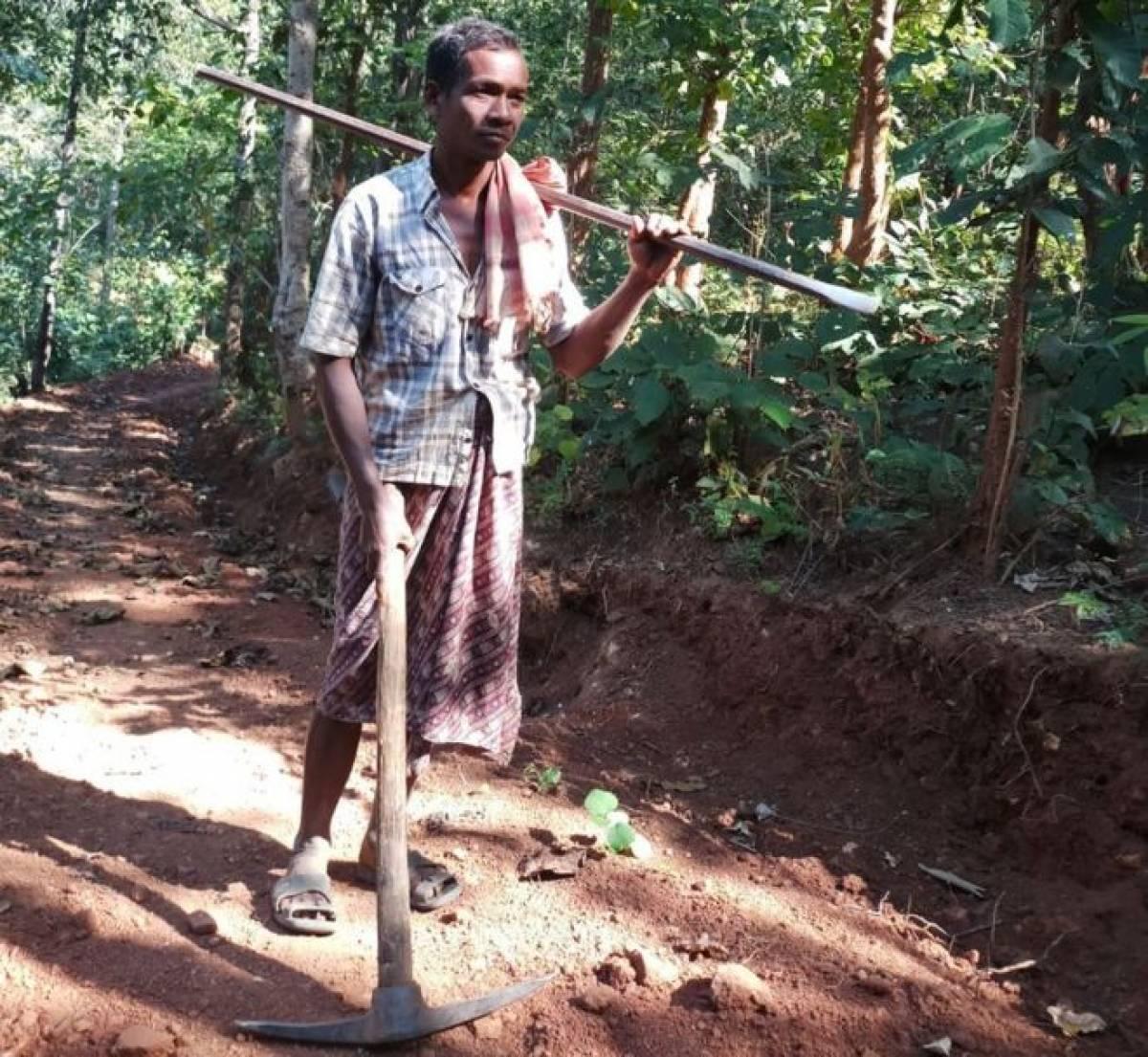 Homem indiano abriu estrada com picareta para filhos irem a escola