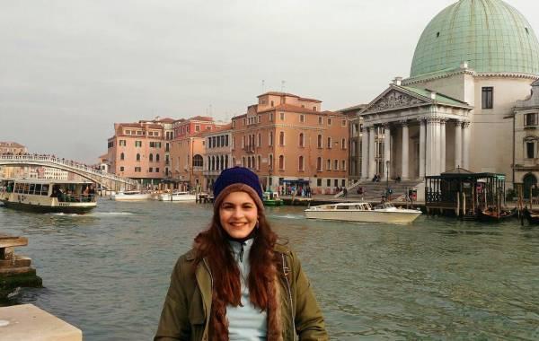 Brenda Castro posa para foto em Veneza