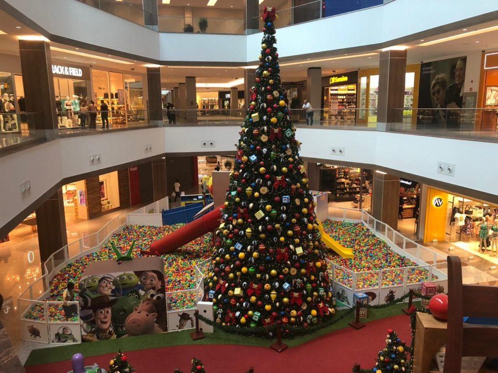 6d9dc08479 ... coral natalino e distribuição de pipoca e algodão-doce para a  criançada. Às 16h o Bom Velhinho chegará ao shopping pela entrada  principal