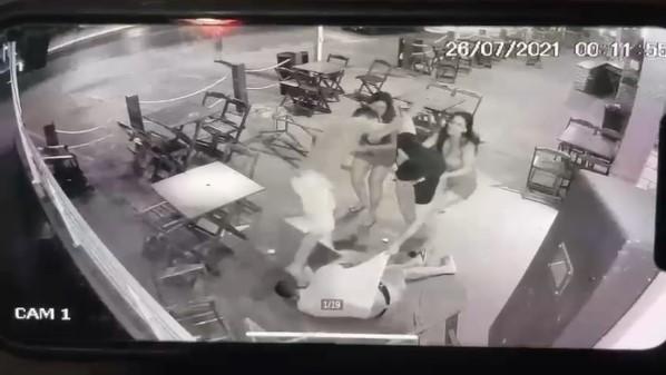 Vídeo   Policial morre espancado ao se envolver em briga em conveniência -  O Livre